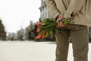 hij-brengt-bloemen