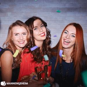 Vriendinnen proosten met wijn