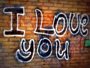 I Love You graffiti op een muur zijn naam op een viaduct schilderen