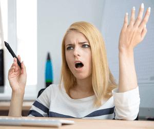 Een vrouw is boos en verontwaardigd