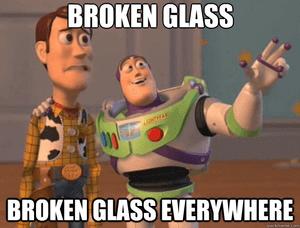 Glazen slaan kapot, overal gebroken glas