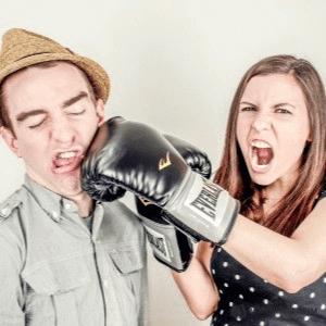 Een stelletje maakt ruzie en stress door relatieproblemen