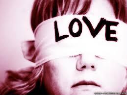 Liefde maakt niet blind maar wel minder kritisch