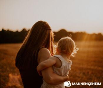 Een vrouw draagt een kind op de heup en is zorgzaam